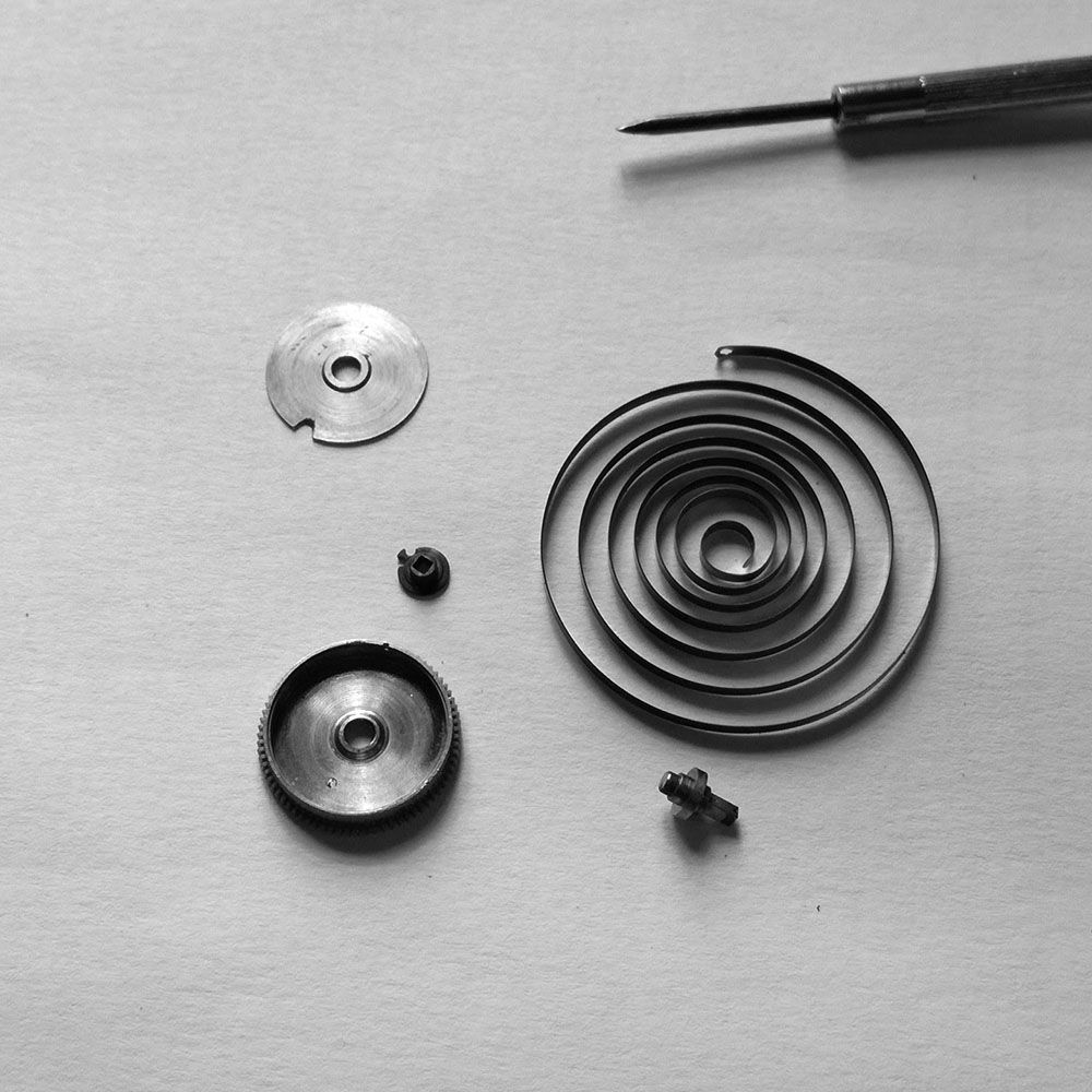 Mainspring disassembled. The mainspring of typical short and strong English quality.