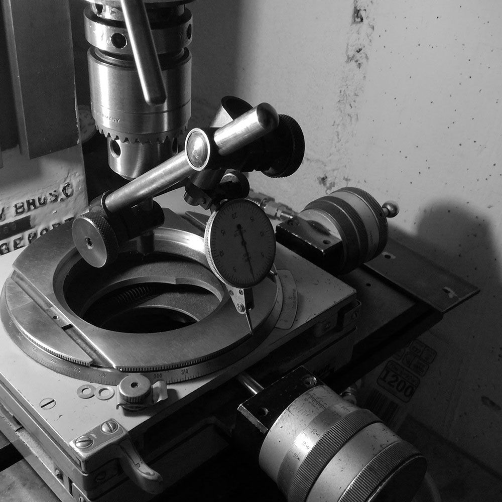Placing the centering pin in the milling head chuck.